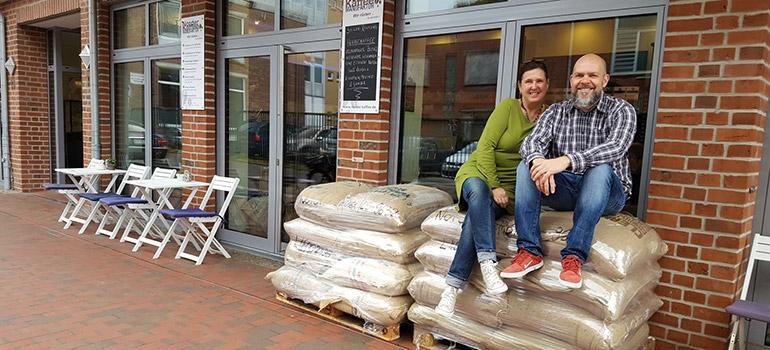 Familie Oster und eine Kaffee-Lieferung