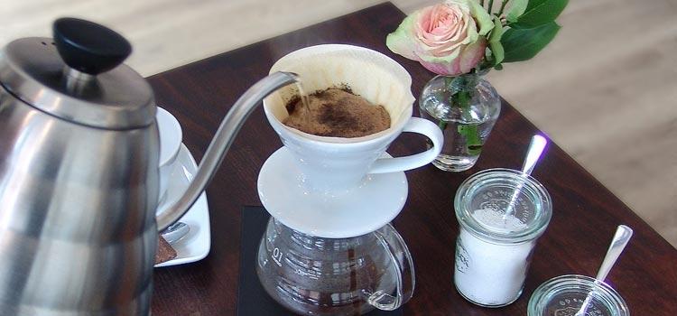 Kaffeezubereitung im Porzellanfilter